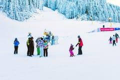 Skidar semesterorten Bansko, Bulgarien, folket, bergsikt Royaltyfri Bild