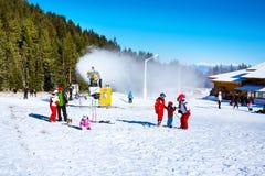 Skidar semesterorten Bansko, Bulgarien, folket, bergsikt Arkivfoton