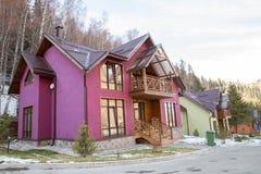 Skidar semesterorten Forest Tale nära Almaty, Kasakhstan Royaltyfria Bilder