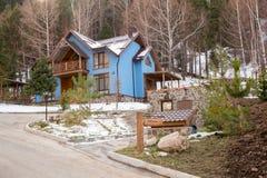 Skidar semesterorten Forest Tale nära Almaty, Kasakhstan Royaltyfria Foton