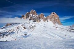 Skidar semesterorten i Dolomites, Italien Arkivfoto