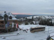 Skidar semesterorten i Polen Snö, berg och inställningssolen royaltyfri foto