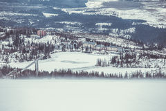 Skidar semesterorten i vinter Arkivbilder