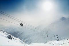Skidar semesterorten i vinterbergen Arkivbild