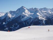 Skidar semesterorten på Mayrhofen i Österrike royaltyfri foto