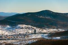 Skidar semesterorten Sheregesh, det Tashtagol området, Kemerovo Arkivbild