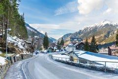 Skidar semesterortstaden dåliga Gastein i snöig berg för vinter, Österrike, land Salzburg Fotografering för Bildbyråer