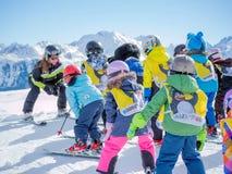 Skidar skidåkare för instruktörstudiebarn Österrike Zams på 22 Februari 2015 Skida vintersäsong, fjällängar Royaltyfri Fotografi