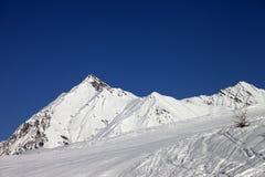 Skidar slösar lutningen och klar himmel i trevlig dag Royaltyfri Fotografi