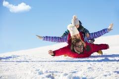 , Skidar snösolen och gyckel - den lyckliga familjen skidar på ferie royaltyfri foto