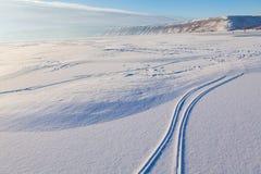 Skidar spår på den nya snön Royaltyfri Bild