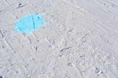 Skidar spåret med den blåa snöflingan abstrakt bakgrundsvinter Arkivbild