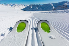 Skidar spetsar skidar på pisten Royaltyfri Foto