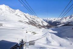 Skidar stationen överst av berget arkivfoto