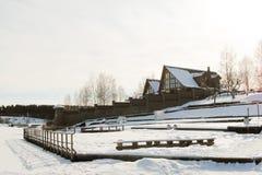 Skidar stationen som täckas i snö under vinter royaltyfri foto