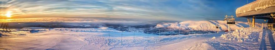 Skidasemesterorten afton panorama Arkivbild