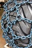 Skidderkedjor eller dragkraftkedjor för gummihjul arkivfoto