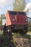 Skiddertraktor TDT-40 som installeras som en monument på den jord- sockeln i Veliky Ustyug, Vologda region royaltyfri bild