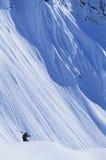 Skidåkare på berglutning Arkivfoton
