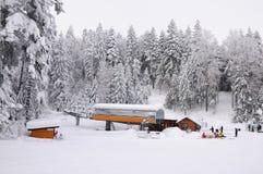 Skidlift i Borovec skidar semesterorten, Bulgarien Fotografering för Bildbyråer