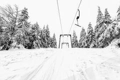 Skidlift i en skidasemesterort Arkivfoto