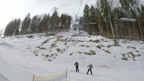 Skidlift med skidåkare stock video
