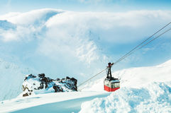 Skidlift på skidasemesterorten Arkivfoton