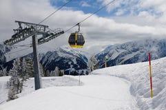 Skidlift skidar in område Zillertal, Österrike, Tirol Arkivfoto