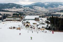 Skidlift skidar in semesterorten i Carpathian berg, Ukraina Royaltyfria Foton