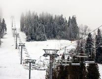 Skidlift skidar in semesterorten i Carpathian berg, Ukraina Fotografering för Bildbyråer