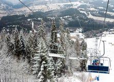 Skidlift skidar in semesterorten i Carpathian berg, Ukraina Royaltyfria Bilder