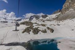 Skidliften till överkanten av berget på en höjd av 2400 meter i fjällängarna Royaltyfri Fotografi