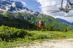 Skidliften till överkanten av berget på en höjd av 2400 meter i fjällängarna Arkivfoto