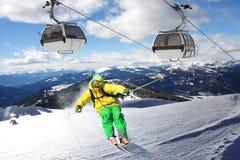 Skier i höga berg fotografering för bildbyråer