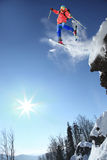 Skierbanhoppning mot den blåa skyen Royaltyfria Foton