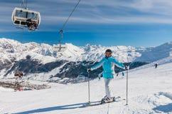 Skierberg i bakgrunden Skidar semesterorten Livigno Royaltyfri Fotografi