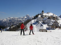 Skiers and alpine village panorama Royalty Free Stock Photos
