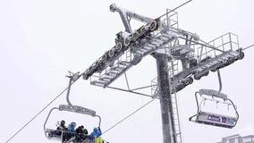 Skiers på skidliften lager videofilmer