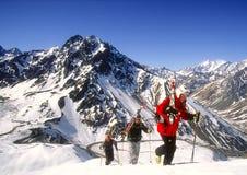 Skiers som fotvandrar för nytt, spårar Royaltyfri Fotografi