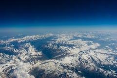 Skiers sur une pente de montagne Photographie stock