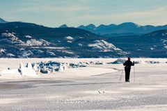 Skieur à l'arête de pression sur le lac Laberge YT Canada photo libre de droits