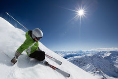 Skieur avec le soleil et des montagnes Photo libre de droits