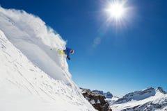 Skieur d'homme courant en descendant Image libre de droits