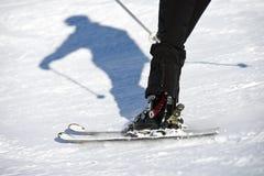 Skieur dans l'après-midi ensoleillé Photo libre de droits