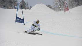 Skieur dans l'essai géant de slalom image stock