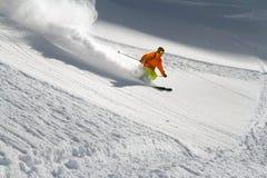 Skieur dans la poudre profonde, freeride extrême photo libre de droits