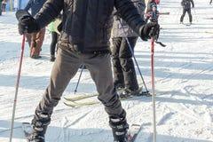 Skieur dans le noir Un homme sur des skis pose pour une photo sur une pente dans les montagnes en Pologne images stock