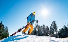 Skieur dans les montagnes photographie stock