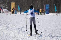Skieur de Biathlete descendant la pente pendant la concurrence photo stock