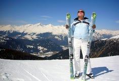Skieur de femme appréciant le soleil Image stock